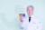 이상엽 교수는 한국을 넘어 세계적으로 인정받는 학자다. 미국 국립과학원과 미국공학한림원, 영국 왕립학회 외국회원에 함께 오른 한국 학자는 이 교수가 유일하다. 사진은 시스템대사공학을 이용해 만든 무지개색 색소를 들고 있는 이 교수. 김성태 객원기자