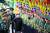 김정은 북한 국무위원장이 지난 24~27일 사상 처음 소집한 전군 지휘관·정치간부 강습회에서 지휘관들의 경례에 답하고 있다. [노동신문=뉴스1]