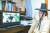 지난해 추석 석담 이윤우 선생의 16대 종손 이병구씨가 작은 딸 가족과 영상 통화를 하고 있다. [사진 ·칠곡군]
