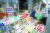 서울 성북구 공무원이 17일 오후 전통시장 활성화를 위해 돈암시장에서 장보기를 하고 있다. [뉴시스]