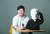 김지훈 돌봄드림 대표가 발달장애인을 위한 공기주입식 조끼 '허기(HUGgy)'를 소개하고 있다. 신인섭 기자