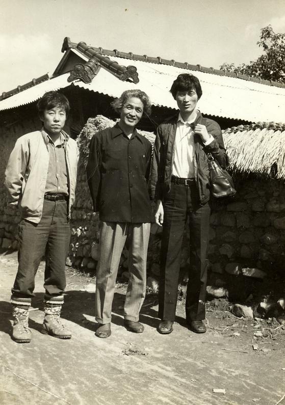 윤경렬(가운데), 최민(왼쪽)과 함께한 오윤(오른쪽). [사진 가나아트]